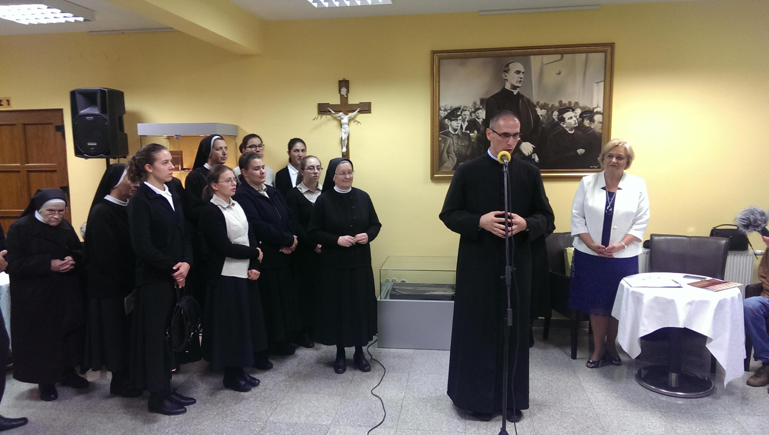 Župnik Robert Jugović govori na otvorenju izložbe 150 godina zajedno, 07. listopada 2018
