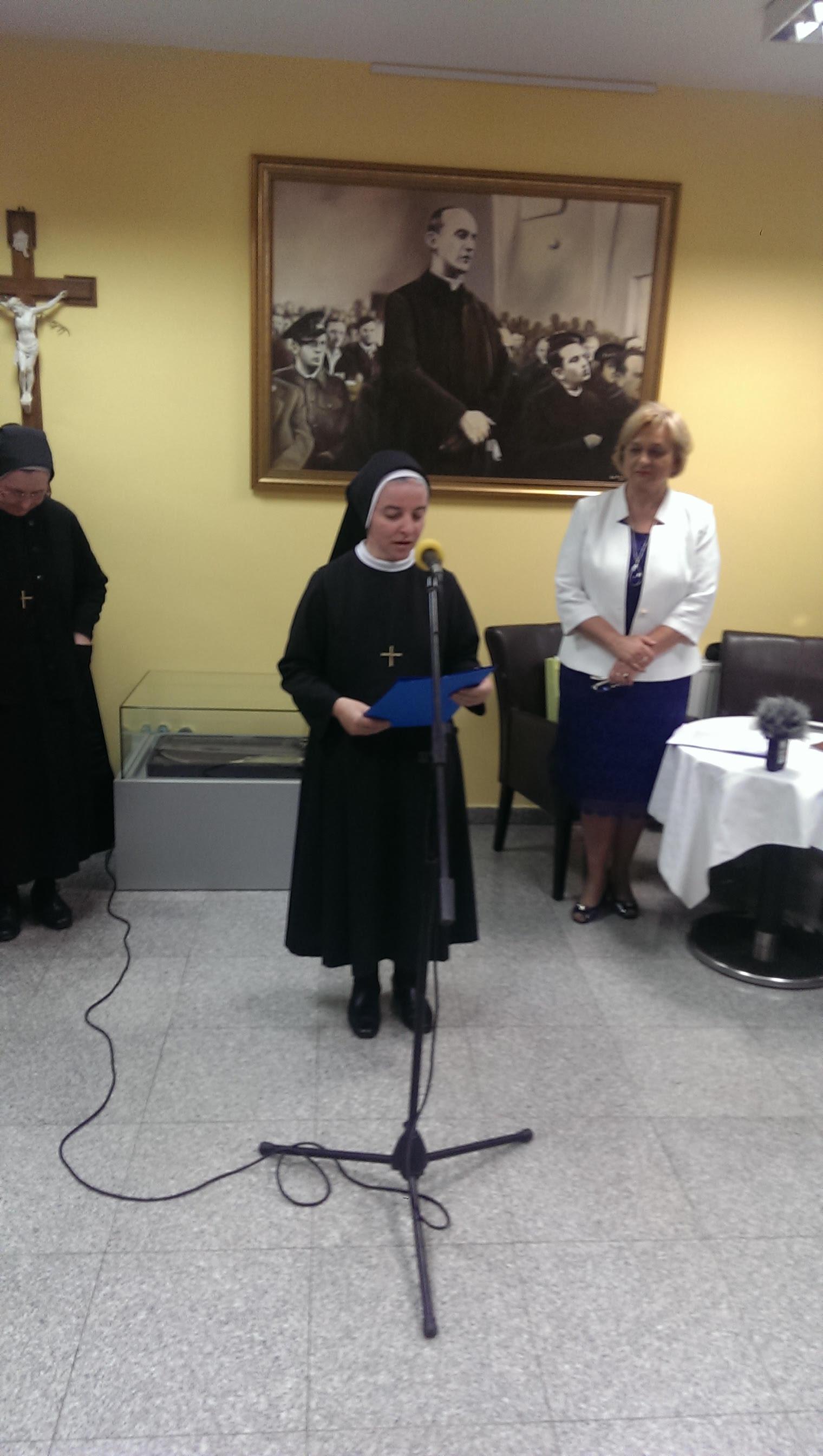 Poglavarica sestara sv. Križa u Đakovu, s. Valerija  Široki otvorila izložbu 150 godina zajedno